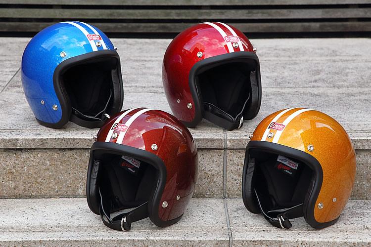 愛車の色や好みに合わせて選べるカラーはブルー(上左)、レッド(上右)、ブラウン(下左)、ゴールド(下右)の4色をラインナップ。シェルを貫く2本のアイボリーラインがスポーティだ。