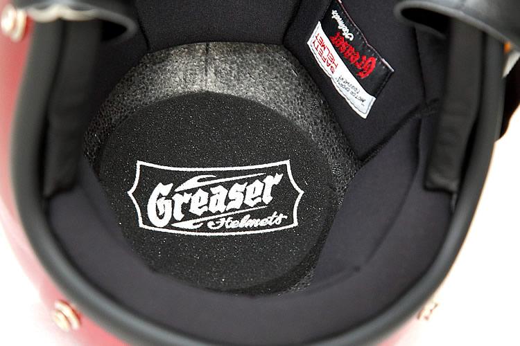 ヘルメットの内部には、頭頂部をソフトに包むスポンジパッドを装着。躍動感あふれるグリーサースタイルのロゴが配されている。また、側頭部のロゴ入りパッチも高級感があり、所有欲を高めてくれる。