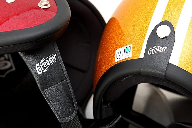 装飾性の高いシェル後部のベルトには本革、チンストラップの根元部分には汗に強い合成皮革を使用するなど、適材適所の素材を使い分けている。それぞれにグリーサーのロゴが配され、高級感を高めている。