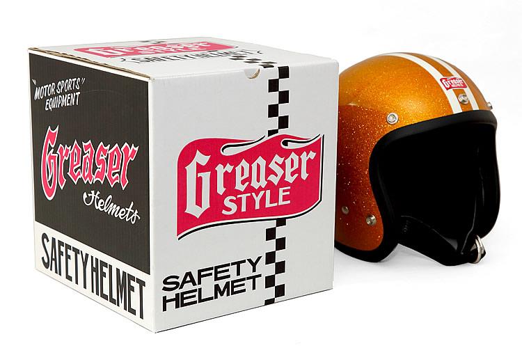 ヘルメットが入っている箱は、ロゴを中心としたクールでスタイリッシュなデザインが施されている。面によってブラックとホワイトが使い分けられているので、保管しながらインテリアとしても楽しめる。