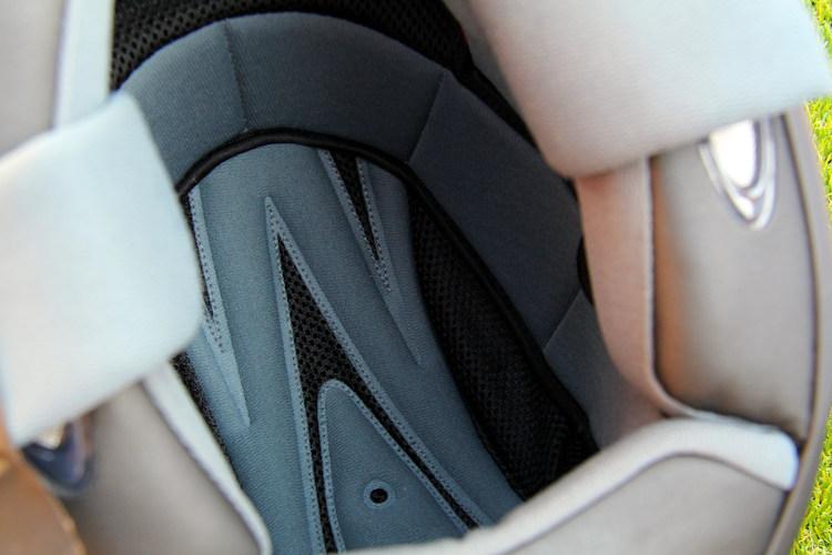 被り心地と肌触りにこだわった内装は『KEIRYO』の名前の一因ともいえる重要なポイント。あえて新素材は使わないことで、1年を通して快適な肌触りと温度感をキープ。夏でも気持ち良い!!