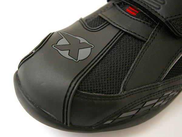 シフトペダルに当たる部分には、デザインされたラバー製のシフトガードが装着されている。後付けのモノのような違和感も無く、シフトタッチも分かりやすい。