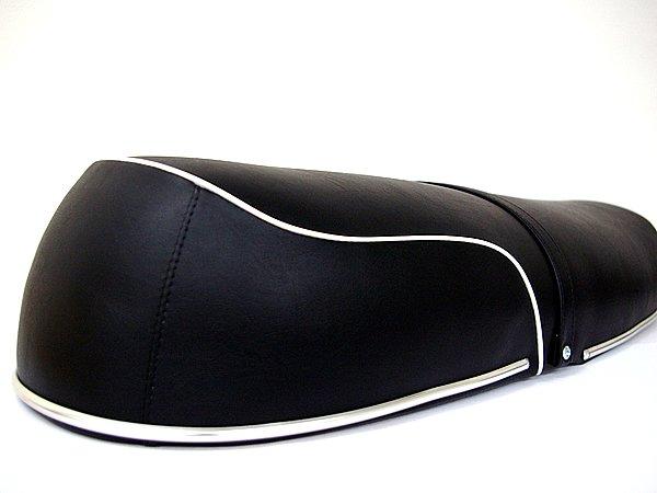 シート染めQが対応するシート素材は幅広い。本革はもちろん、合成皮革やビニール素材、PP材もOK。今回の実験材料は合皮製シートだ。