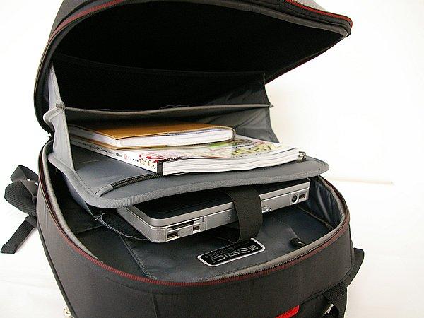 内部は大きく三層にわかれており、真ん中はクッション入りのノートPC収納スペースとなっている。その他ペンホルダーや小物ポケット、サイド部にマップケースなど工夫をこらした収納を備えている。