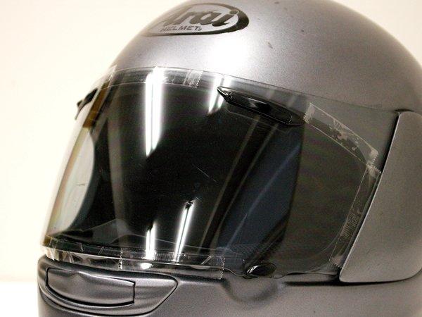 ライトセンシティブとヘルメット内装が干渉しないように、シールドの開口部に沿ってテープでマーキング。この位置がずれていると、貼ったあとに干渉しシールドが開けにくくなるので要注意だ。