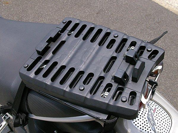 ストークエア バイクキャリーを取り付けるためには、ベース部分をバイクに取り付ける必要がある。キャリアが無いバイクも専用のマルチキャリアを使えば、簡単かつ確実なベース装着が可能だ。
