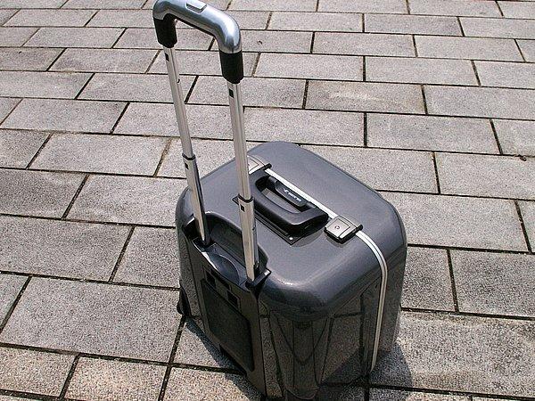 取り外して伸縮式のハンドルをのばせば、リアボックスからスーツケースに早変わり。実際に引いてみたが安定性も十分で、快適に荷物を運べる。カラー設定もガンメタ、シルバーとシックな色合いだ。