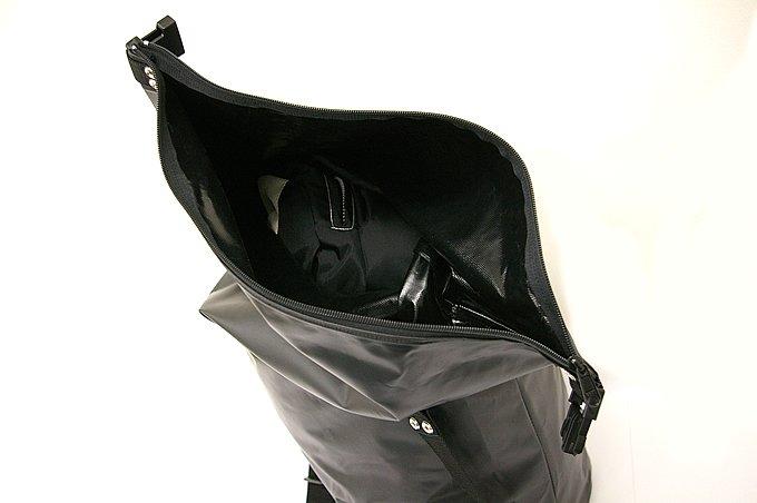 コーシングルの開口部はかなり大きく使いやすい。写真ではウインタージャケットと3シーズンジャケットの2着のほか、撮影用カメラと交換用レンズを入れているが、まだまだ余裕で荷物を入れられる。