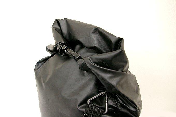 荷物を収納したらファスナーを包み込むようにして2回以上巻き、左右に装備されているバックルで結合。これで防水対策は完璧だ。生地はやわらかくすべりにくいものを使っているため積載しやすい。