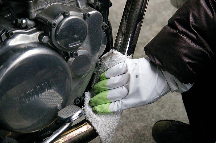 汚れを落としたら、キレイな布にステンマジックを少量とって磨き上げる。酸性なので、作業の際はゴム手袋をしてから作業を行おう。伸びがよく、作業効率が良いのも特徴。一本あれば何台分でも磨けそうだ。