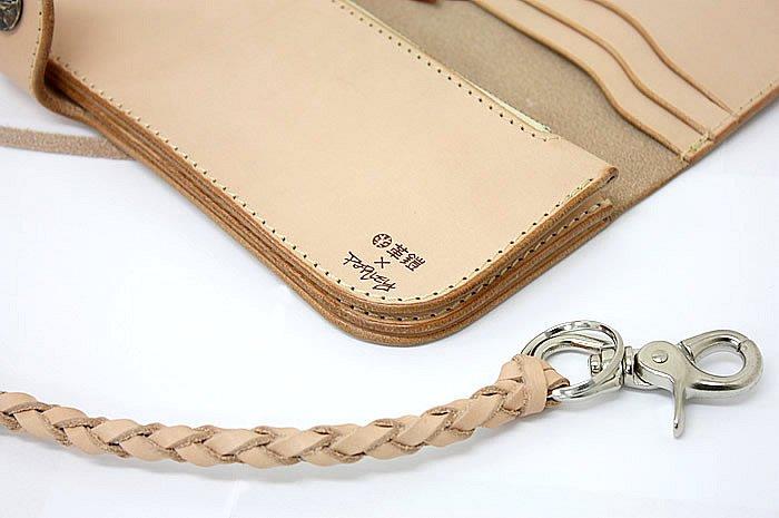 製品には革鎧×PARLEYのダブルネームが刻まれており、他の革鎧シリーズと差別化。また、このシリーズには編みこみのレザー製キーチェーンと特製の布袋が付属する。