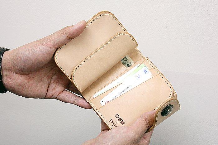 ロングのおおよそ半分ほどのサイズにおさめられた、コンパクトな「ショートウォレットセット」。カード、紙幣、硬貨とも普段使いには十分な収納量があり、使い勝手も良好だ。