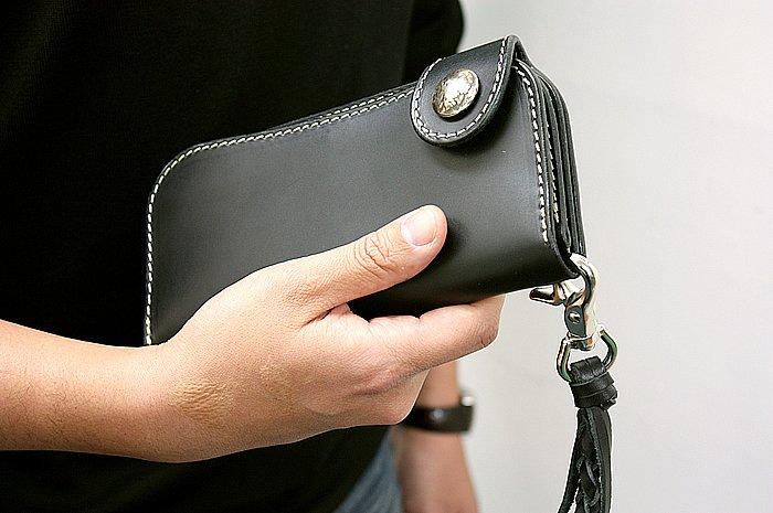 高品質な本革を丁寧に染め上げた、ブラックレザーのロングウォレット。ナチュラルとはまた一味違った風合いが魅力だ。付属のキーチェーンのカラーもブラックで統一される。