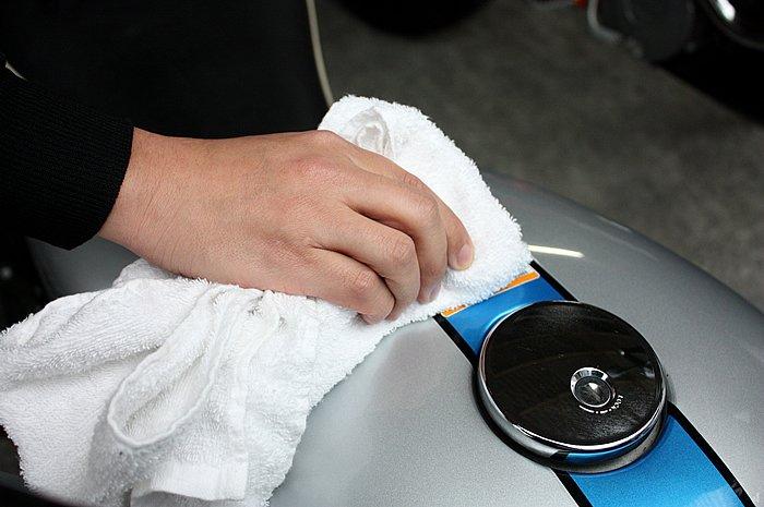 全体にまんべんなく塗り広げたら、キレイな布でふき取って作業完了だ。リキッドタイプなので強くこすったりする必要がなく、作業は軽快。用意するのは布とクリーナーのみなので、手軽にバイクを洗うことができる。