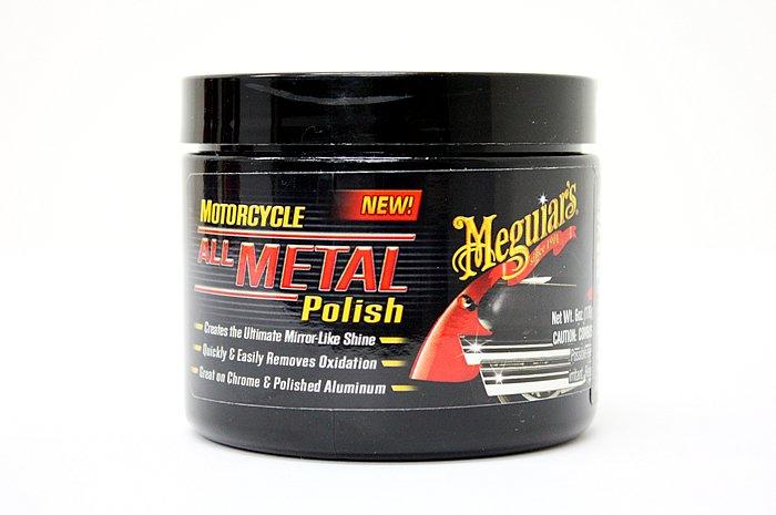 独自のポリマーブレンドで、鏡のような輝きを実現する「バイク用メタルポリッシュ」。クロームメッキやアルミをはじめとしたほとんどの金属に使用できる。ちなみに金メッキには使えませんのでアシカラズ