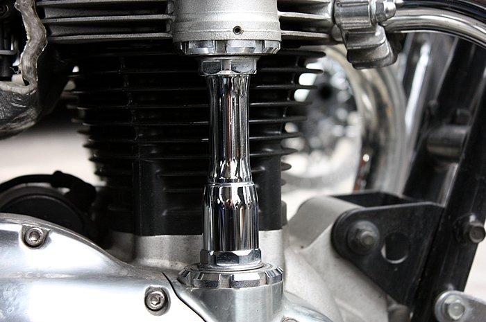 汚れていたエンジンパーツもこの通り美しく仕上がった。拭き上げも軽く、表面にポリッシュが残りにくいため作業中のストレスも少ない。フィニッシュだけでなく、作業性の良さからもマグアイアーズの実力を感じる。