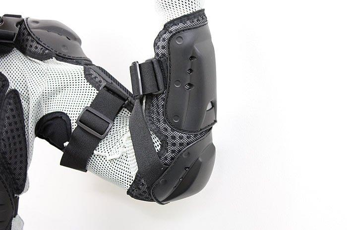 肩、腕をガードするプロテクターもセットになっている。乗車姿勢をとった際にも違和感が少ないのが特徴だ。ベルト部を調整すれば腕部にぴったりとフィットする。