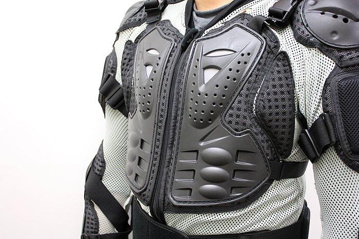 胸部プロテクターは分割式になっており、圧迫感が少ない。特に脇と胸部が可動できるようになっているため、乗車時に腕を前に伸ばしても突っ張り感を感じにくい。