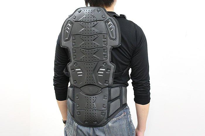 脊椎プロテクター部分は、取り外すことが可能な構造になっている。付属のベルトを装着するとそのまま背負えるようになるため、単品で使用することも可能だ。