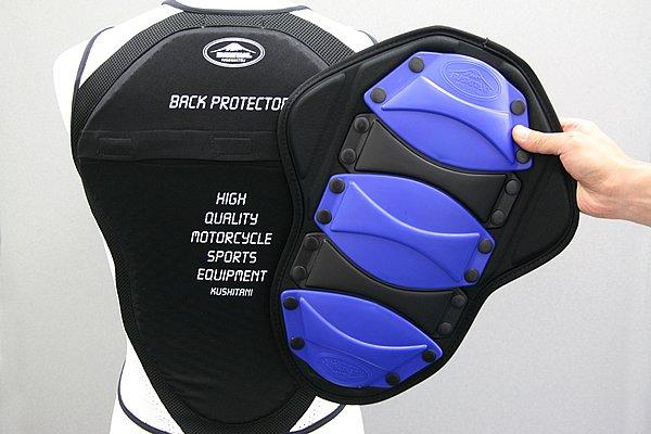 背面も、別売りでハードタイプのバックプロテクターに交換できる。レーシング用の機能をそのままジャケット装着用へフィードバックした『JACバックプロテクター』だ。