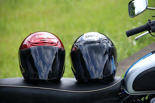 左が愛用中のJ-FORCE II、右がJ-FORCE III BRAVE。帽体は似ているがIIIは大きな進化を遂げている。