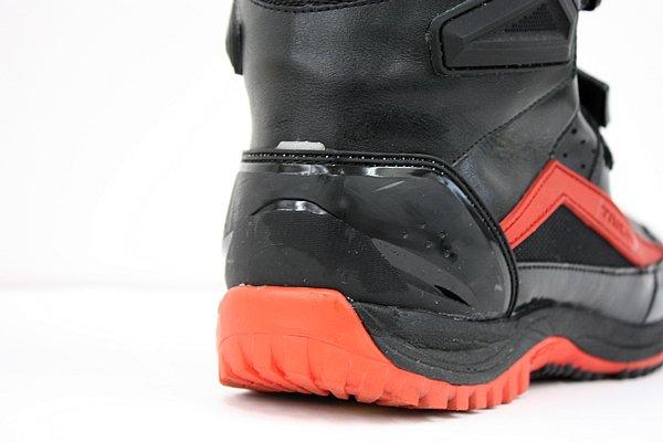 ブーツのかかと部分には小型のリフレクターが内蔵されている。目立たない大きさとなっているが、これだけでも夜間の被視認性が大きく変わるため、安全性確保には重要だ。
