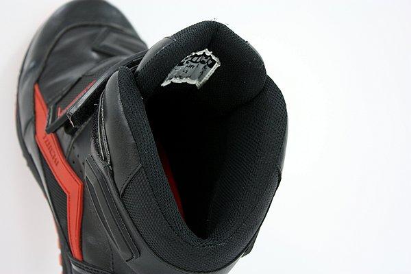 内側のクッション素材は厚手になっているため、足をソフトにホールドしてくれる。気温が高い時期は若干蒸し暑さを感じるが、オールシーズンで使うなら気にならないレベルだ。