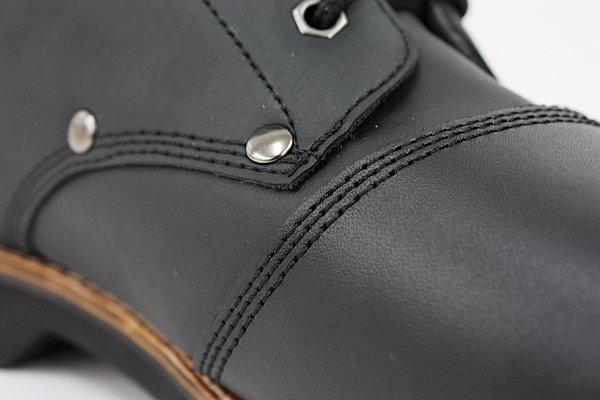 リーズナブルな価格設定とはいえ、クオリティに妥協はない。縫い目は基本的に3重仕様となっており頑丈。