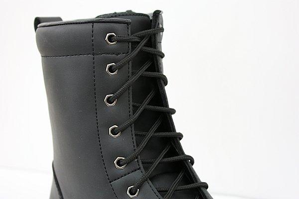 ブーツの名前のとおりシューレースを編み上げたデザインが最大の特徴。ベルクロなどに比べ雰囲気満点。