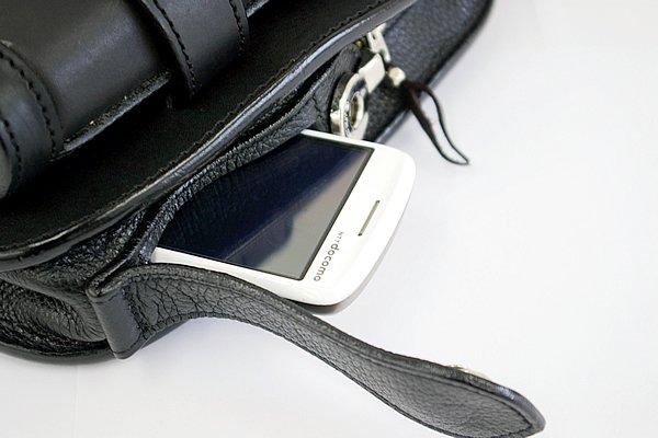 通常のファスナーだけでなく、サイドにも取り出し口を設けているのが特徴。携帯などすぐに取り出したいものを入れておくなど使い方は様々だ。