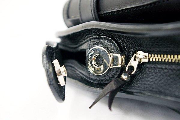 サイド部のボタンは磁石式で、押すだけのワンタッチ構造となっている。一般的なレザーグローブならいちいち外さなくても操作可能。