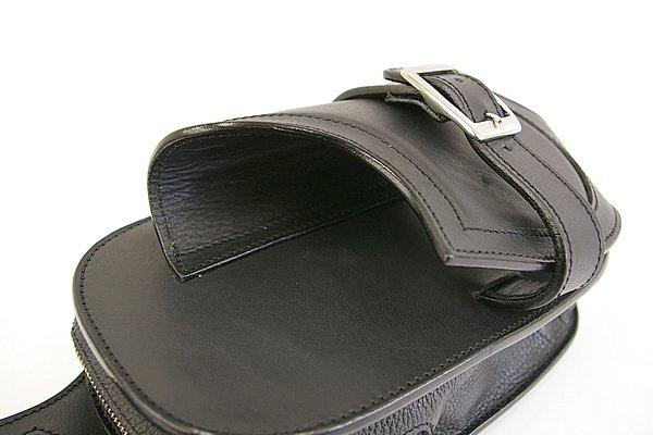 バッグ機能が追加されているが、基本はウォレットホルダー。ベースとなったホルダーの形状を活かしつつ利便性を高めている。