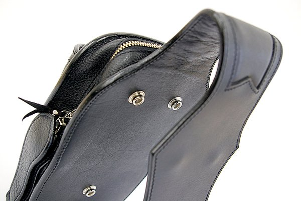ベルトに挟みこむ部分はタテの長さ9cmとゆとりあるサイズ設定となっているため、太めのベルトなどにも余裕を持って取り付けられる。
