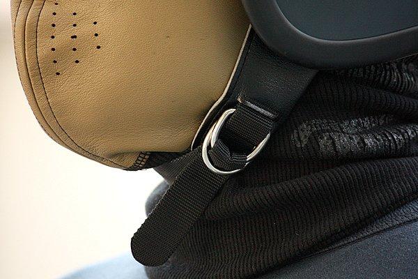 ジェットヘルメットのベルト部分を考慮した形状になっているので、一般的な防寒用フェイスマスクにありがちなブカブカ感がないのが嬉しい。