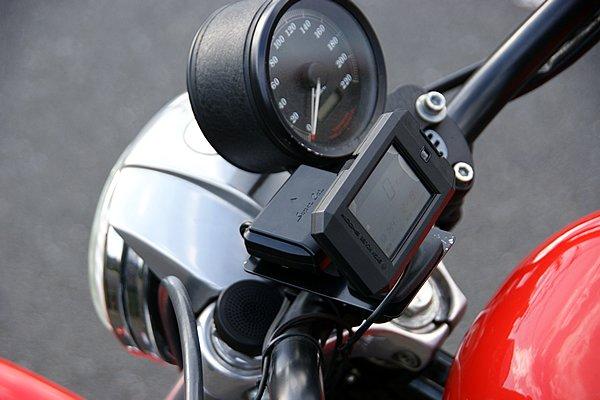 SH001Rの2.2インチiPS液晶ディスプレイ部とアンテナはIPX3相当の防滴仕様でバイクに対応。分離式なので工夫次第でスッキリとマウントできる。