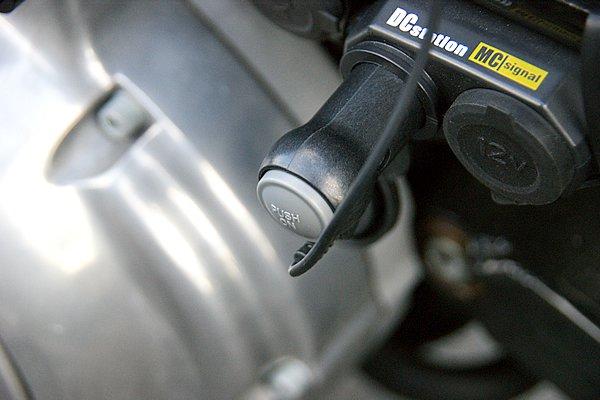 付属のコード類で電源確保も簡単。写真はバイクに設置したシガーライターソケットに接続した例。プラグにオンオフスイッチがあるのでとても便利だ。