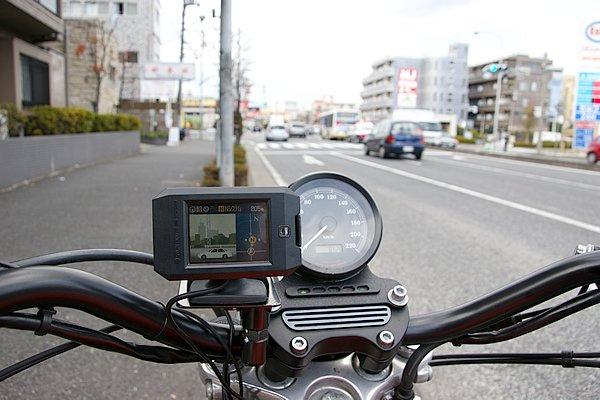 付近の警察車両察知に威力を発揮するカーロケ受信機能も搭載。写真ではバス後方のパトカーとその前方のNシステムを同時に警告している。