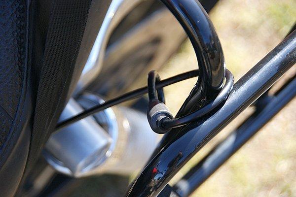 フレームなどに通してキャリアの盗難を防止するワイヤーも付属。タイトに設置できれば脱落防止としても有効だろう。