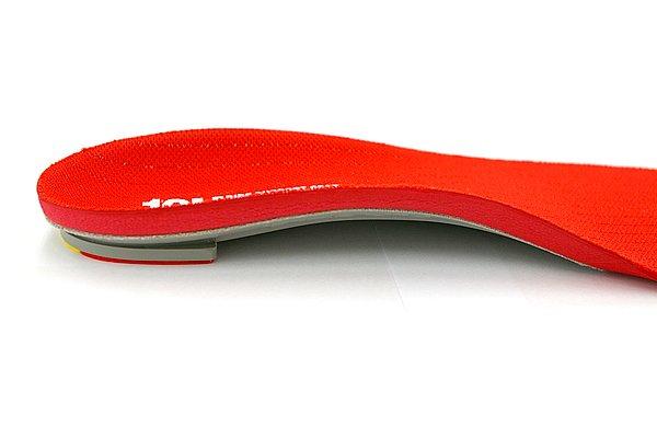 シューズの中で足のカタチが理想的になるように、3D技術を駆使したアーチ形状を採用。反発力のある素材による組み合わせで振動も低減しているのも特徴だ。