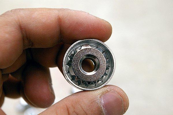 ボルト外周をプロテクトカラーで覆い、ボルトのトップを複雑なローレット形状とした。この形状のバリエーションは無数にあるとのこと。