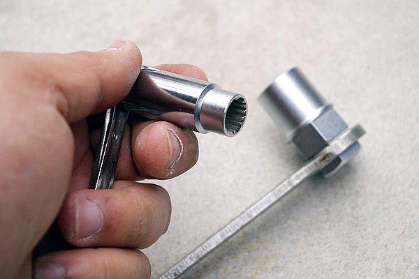 取り付けと取り外しは付属の専用工具で行う。この工具は単品では使用出来ないため、手持ちのレンチなどと組み合わせる必要がある。