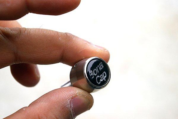 ボルトを完全にカバーしてしまうため、強引な手段も非常に取りにくい。取り外しには一般販売されていない専用ツールが必要となる。