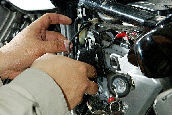 バッテリー交換は簡単とは言え、電気関連作業なので手順には気をつけたい。取り外しはマイナス→プラスの順。取り付けはその逆だ。