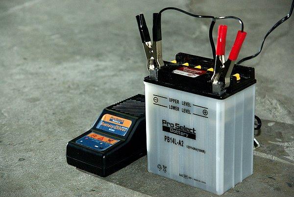 即用式バッテリーなのでそのまま使っても問題無いが、今後の寿命を考えると最初に補充電を行っておく方が良い。