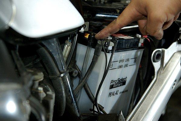開放式バッテリーの場合、ドレンチューブを忘れずに取り付けておこう。これを装着していないと大切なフレームに錆が発生することも。