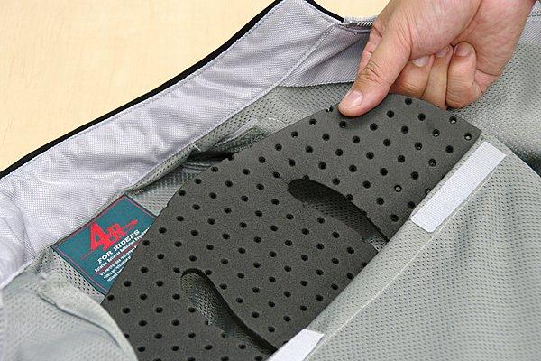 脊髄・肩・腕・肘の4ヶ所にEVA製プロテクターを取り入れている。またパンチング加工としており、走行時に気になる蒸れ防止にも繋がる仕組み。