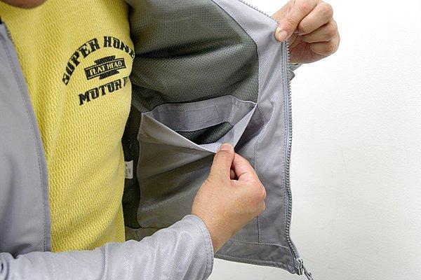 口元にマジックテープを用いるなど、こちらも落下防止を考慮して設置されたインナーポケット。2層ポケットを使い分けられる多機能な点が嬉しい。