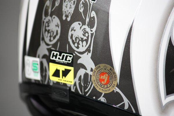 MFJ公認ヘルメットなので、国内のサーキットでも使用可能。帽体のたわみなどをチェックしてもかなりしっかりしていることが実感できる。