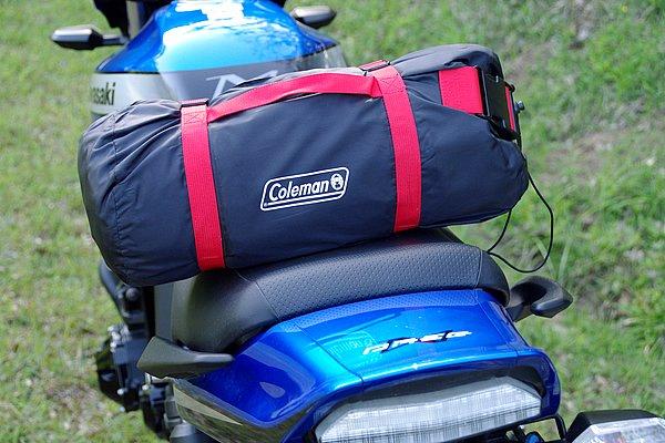 バイク用ツーリングテントだけあって、収納時はかなりコンパクトにまとまる。一般的なネイキッドなら、横に積んでもハンドル幅を超えない大きさだ。