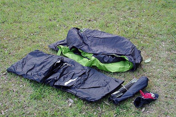 テント本体、組み立て式ポール、ペグ類、ストームガード、説明書がバックル式の収納バッグに入っている。ペグ打ち用ハンマーは別途用意しよう。